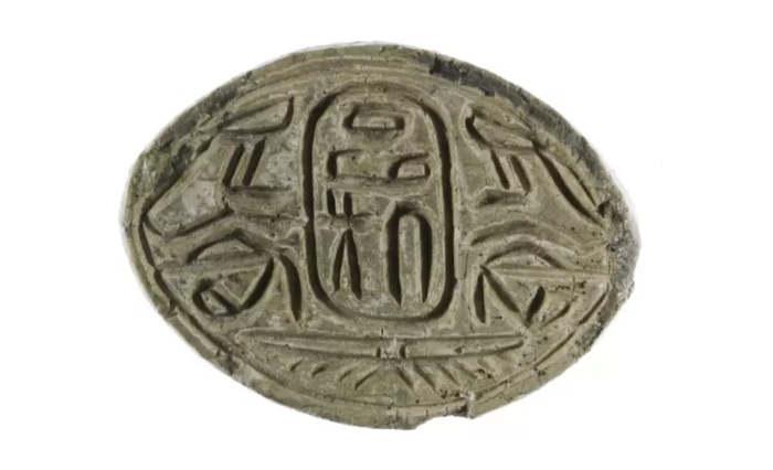 Амулет с печатью с именем фараона Гиксоса Апофиса.