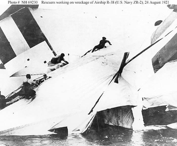 24 августа 1921 года английский дирижабль R-38 разломился на две части и упал в реку Хамбер. Погибли 44 человека.