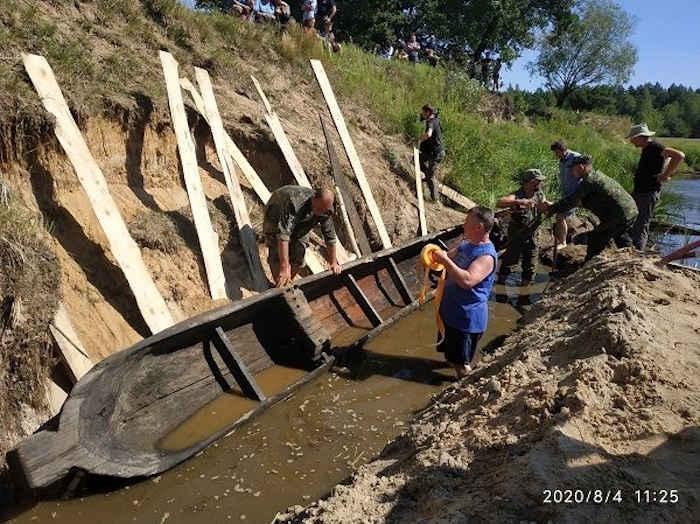 В Олевском районе Житомирской области возле села Хочино археологи извлекли из реки Уборть практически целую деревянную лодку, сообщил сайт Полесского природного заповедника.
