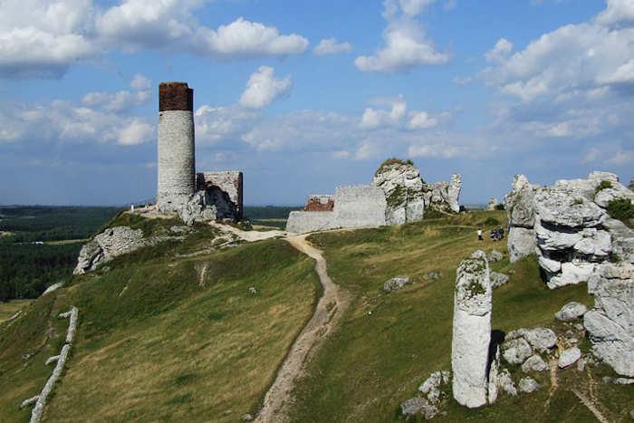 в известняковых скалах под замком Ольштын, построенным в XIV веке на юге Польши, была обнаружена большая пещера и сеть туннелей