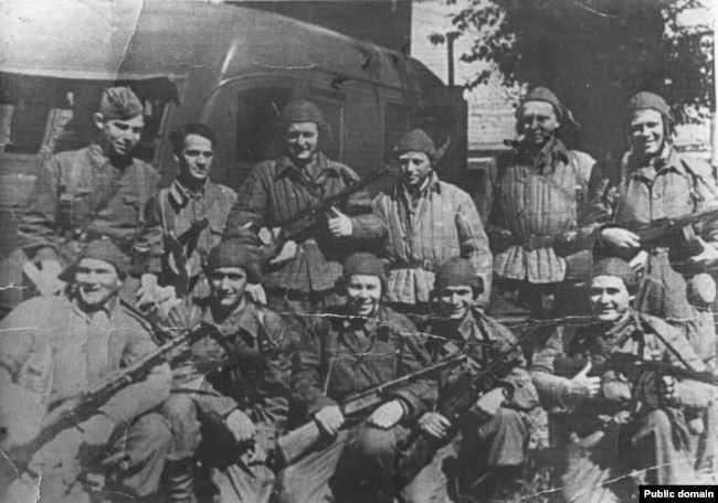 Константин Пастаногов (вверху справа) в партизанско-чекистском отряде