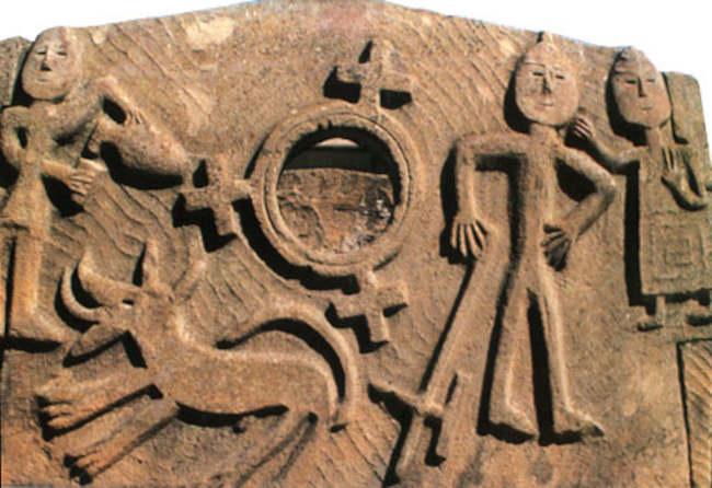 Великий воин и священный персонаж с чашей. Рельеф Кяфарской гробницы