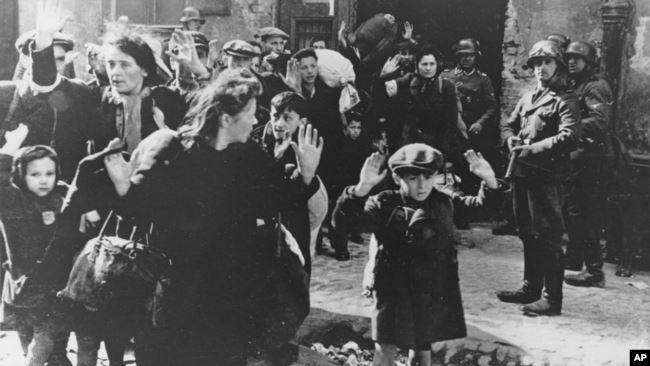 Немцы выводят группу евреев с территории Варшавского гетто в день начала восстания