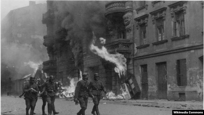 Солдаты ваффен-СС в Варшавском гетто во время восстания