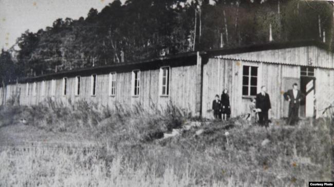 Один из бараков лагеря в Детржихове после окончания Второй мировой войны