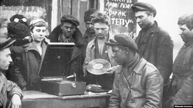 советские граждане слушают патефон
