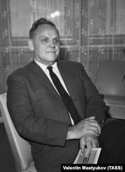 Гэс Холл, 1966 год