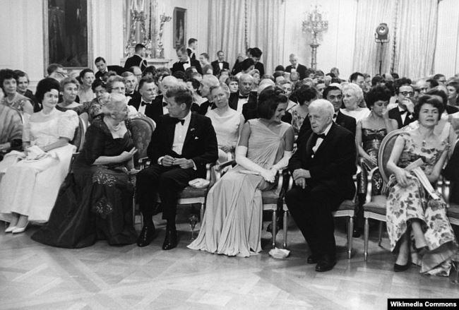Белый дом. Роберт Фрост на обеде в честь нобелевских лауреатов Западного полушария (коим Фрост не был). Слева направо: леди Берд (супруга вице-президента Линдона Джонсона), писательница Перл Бак (лауреат 1938 года), президент Кеннеди, первая леди, Фрост. 29 апреля 1962 года