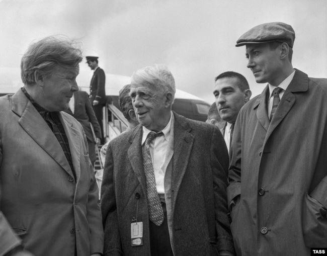 29 августа 1962 г. Поэт Александр Твардовский, Роберт Фрост и Евгений Евтушенко в аэропорту Шереметьево
