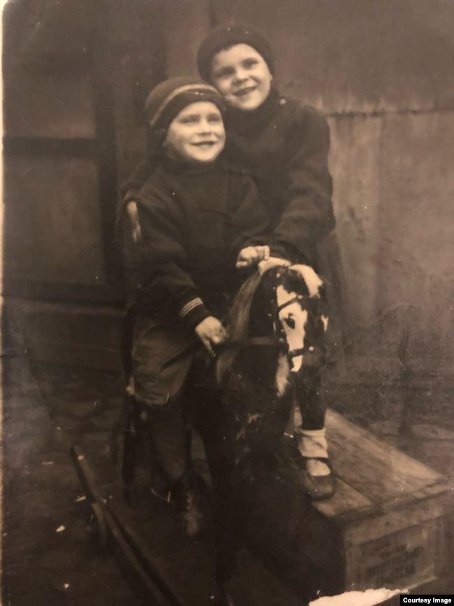 Людмила с братом Женечкой на лошадке, перед войной