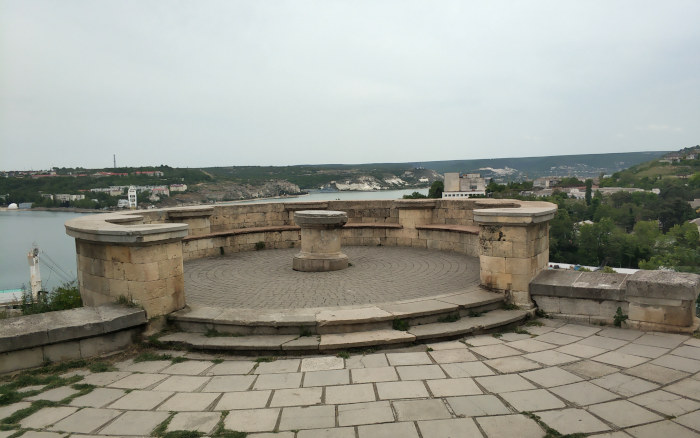 Первый бастион располагался на Корабельной стороне на левом берегу Килен-бухты, где ныне имеется уютный павильон из крымбальского камня