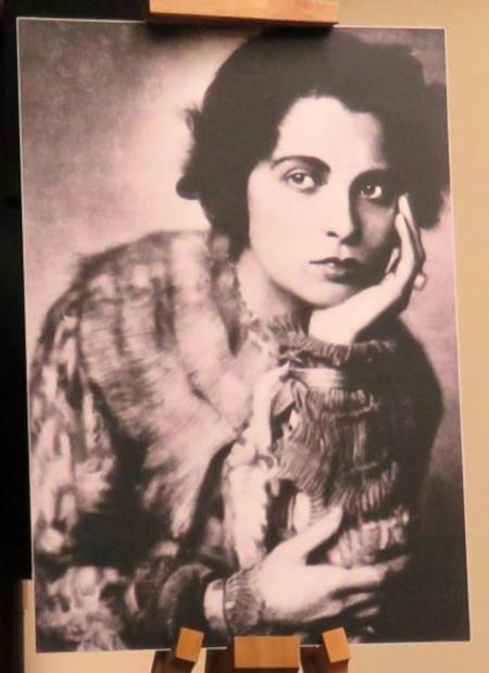 Карола Неер родилась 3 ноября 1900 года в Мюнхене. В 1920 годы она была одной из самых блистательных драматических актрис Веймарской республики, обожаемой немецкой аудиторией.
