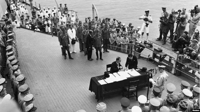 Церемония подписания капитуляции Японии на палубе американского линкора