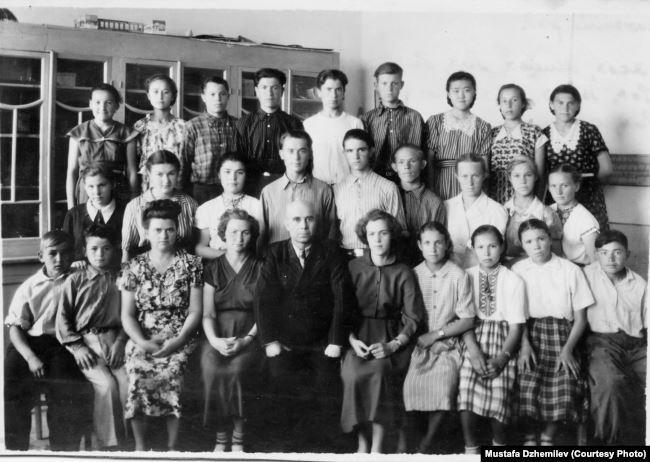 Мустафа Джемилев (второй слева в нижнем ряду) – ученик 8 класса Мирзачульской средней школы. Архив Мустафы Джемилева