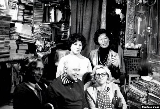 Вадим Козин принимает гостей. Крайняя внизу справа - Нина Кошелева