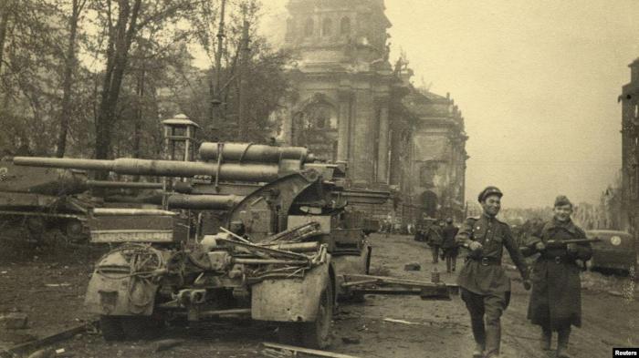 Советские солдаты в Берлине, май 1945 года