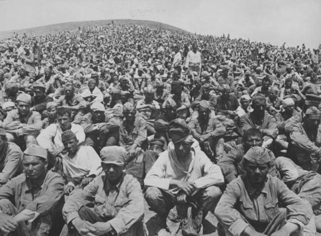 пленные советские солдаты в Севастополе