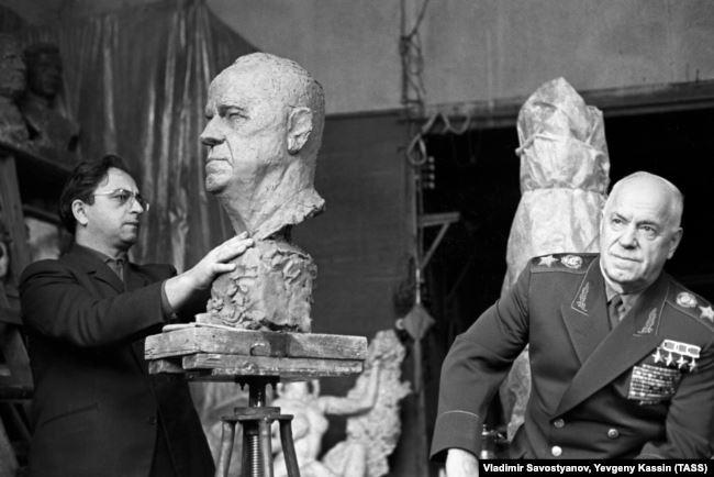 Георгий Жуков позирует скульптору Виктору Думаняну