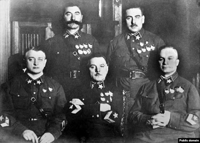 Первые маршалы СССР. Сидят, слева направо: Тухачевский, Ворошилов, Егоров. Стоят: Буденный, Блюхер. 1935 год