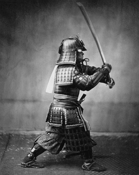 Вооружённый самурай в доспехах