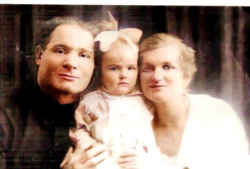 Алла Зиньковская с родителями. 1926 год