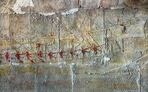 но уже на древнейших дошедших до нас изображениях кораблей египетской царицы Хатшепсут можно видеть деревянные мачты и реи, а также штаги (тросы, удерживающие от падения назад мачту), фалы (снасти для подъема и спуска парусов) и другой такелаж