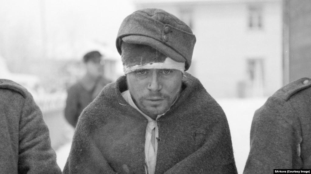 Захваченный в плен советский солдат в одолженной шапк