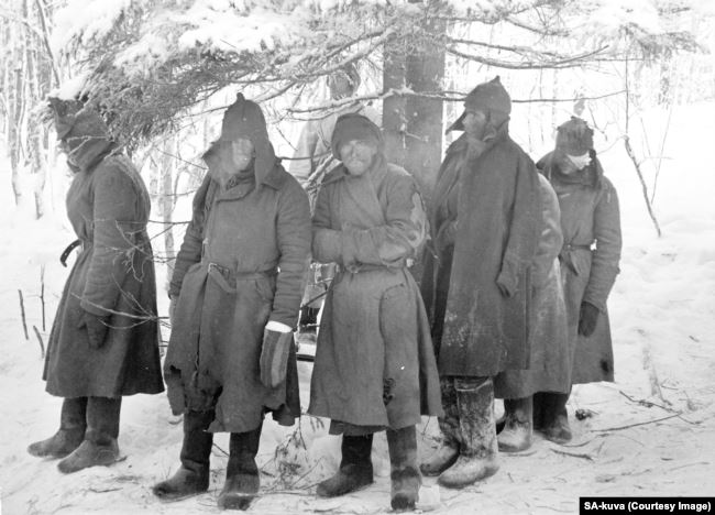 Раненые и озябшие красноармейцы после захвата в плен в феврале 1940 года
