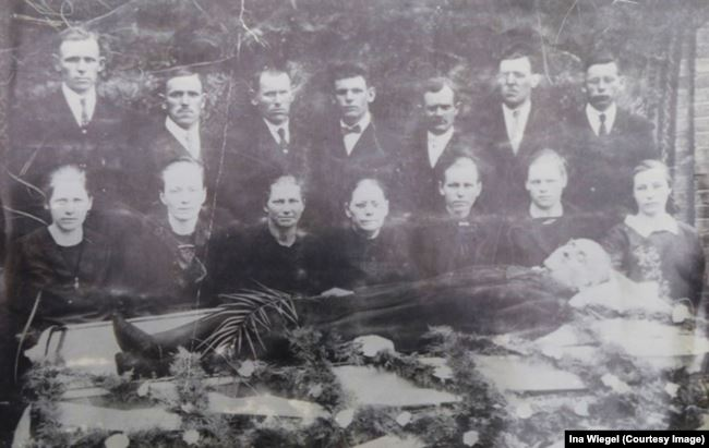 Похороны отца Якоба Тиссена (1931). Якоб в верхнем ряду в центре