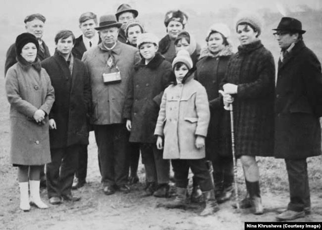 Никита Хрущев в окружении местных жителей в Петрово-Дальнем, 1968