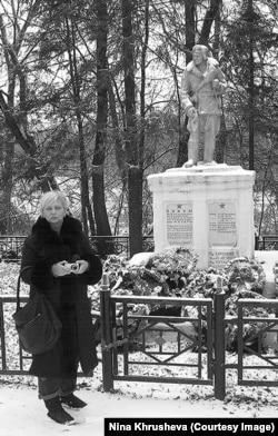 Ксения (сестра Нины Хрущевой) в Жиздре возле памятника