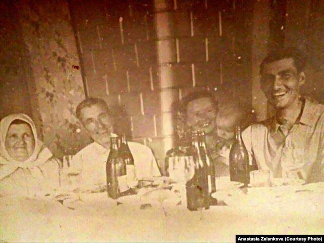 Иосиф Ятченя (второй слева) в кругу семьи