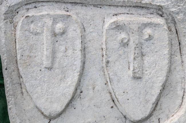 Подобные каменные надгробия устанавливали над погребениями знатных людей