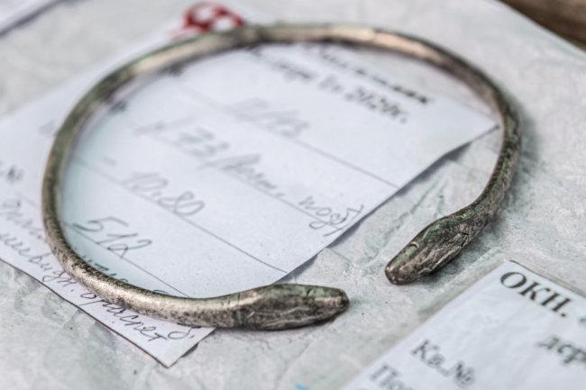 древнее серебряное украшение