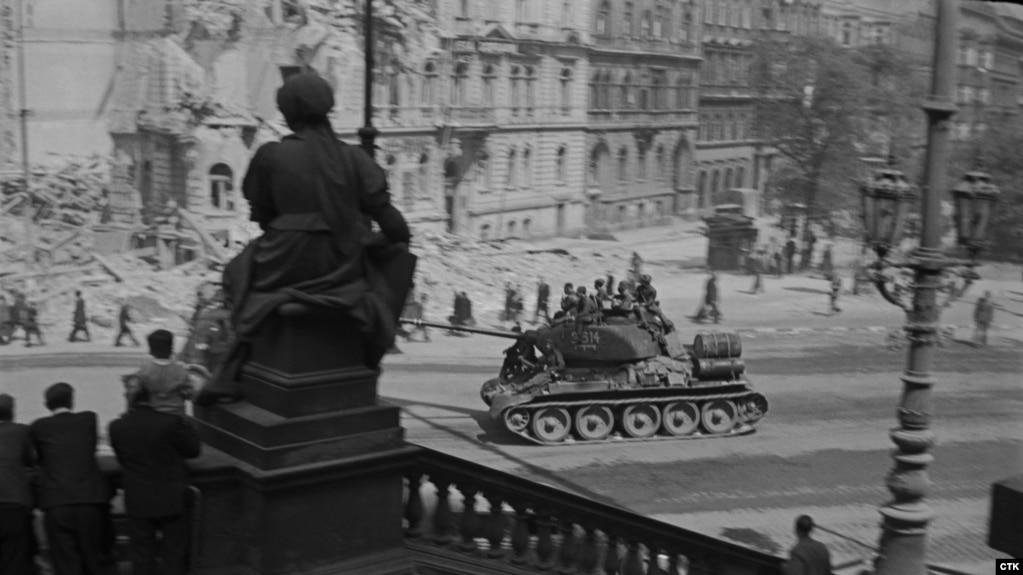 Советский танк в центре Праги, май 1945 год
